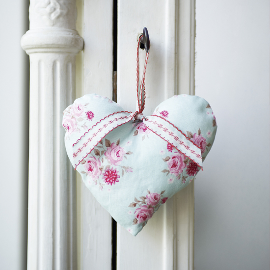 Hour to spare? Learn how to make a pretty hanging heart with our step-by-step guide